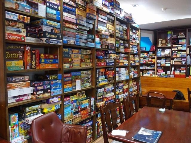 店内には大量のボードゲームが並ぶ